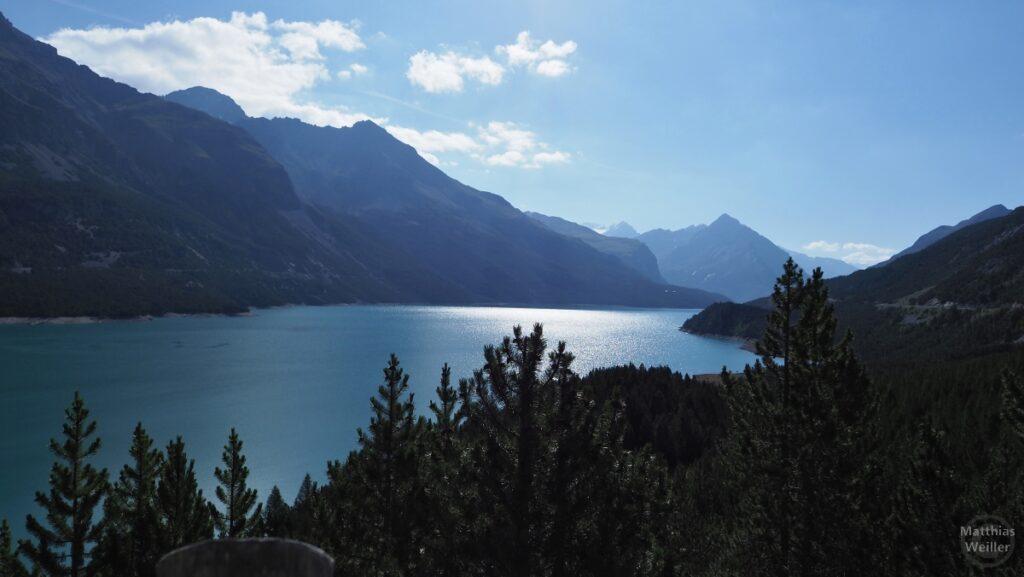 Gegenlichtbild über Cancano-See mit Bergketten