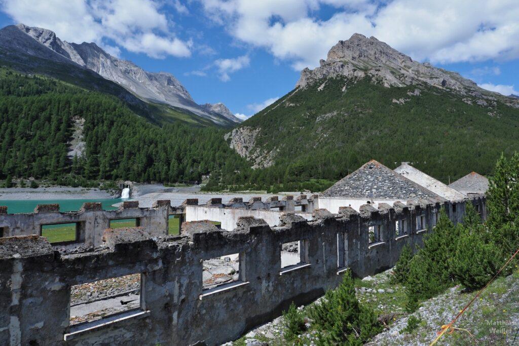 Kasernenruine vor Bergkulisse und Bergsee
