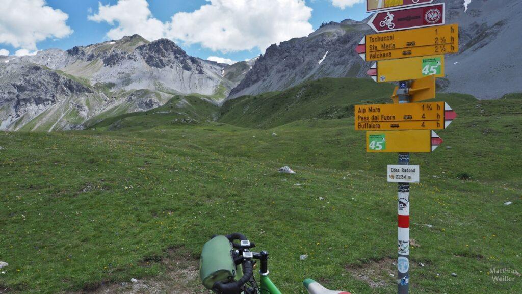Passschild Döss Radond mit Bergkulisse, Lenkeransicht