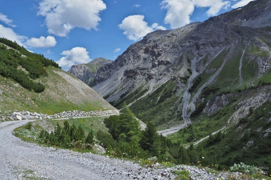 Pistenkurve durch Bergtal