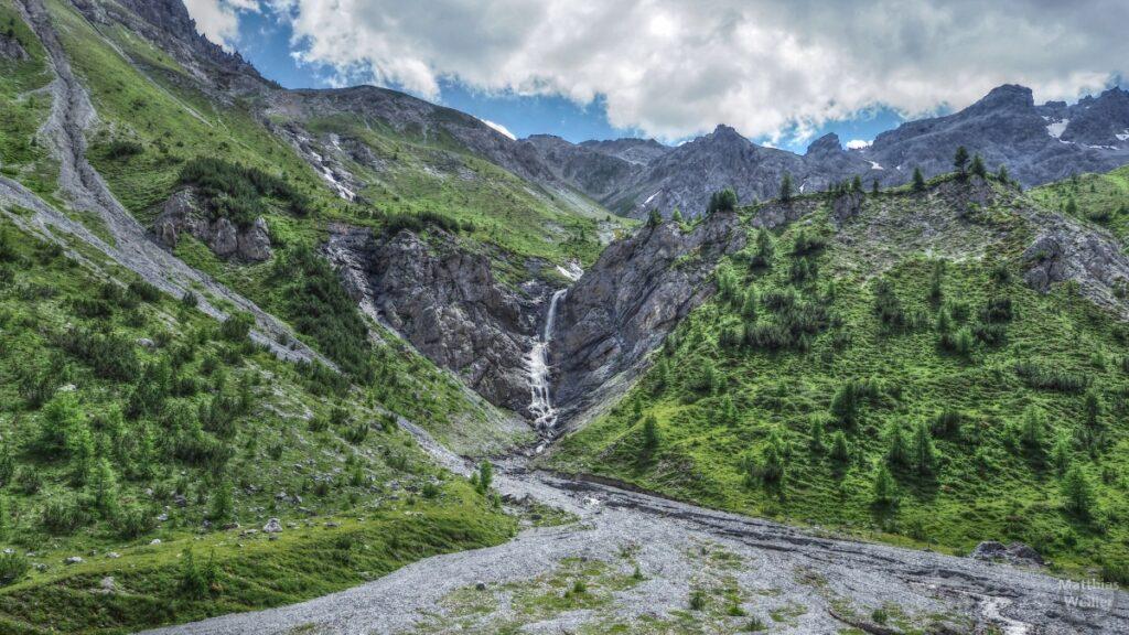 Felswandkessel mit Wasserfall