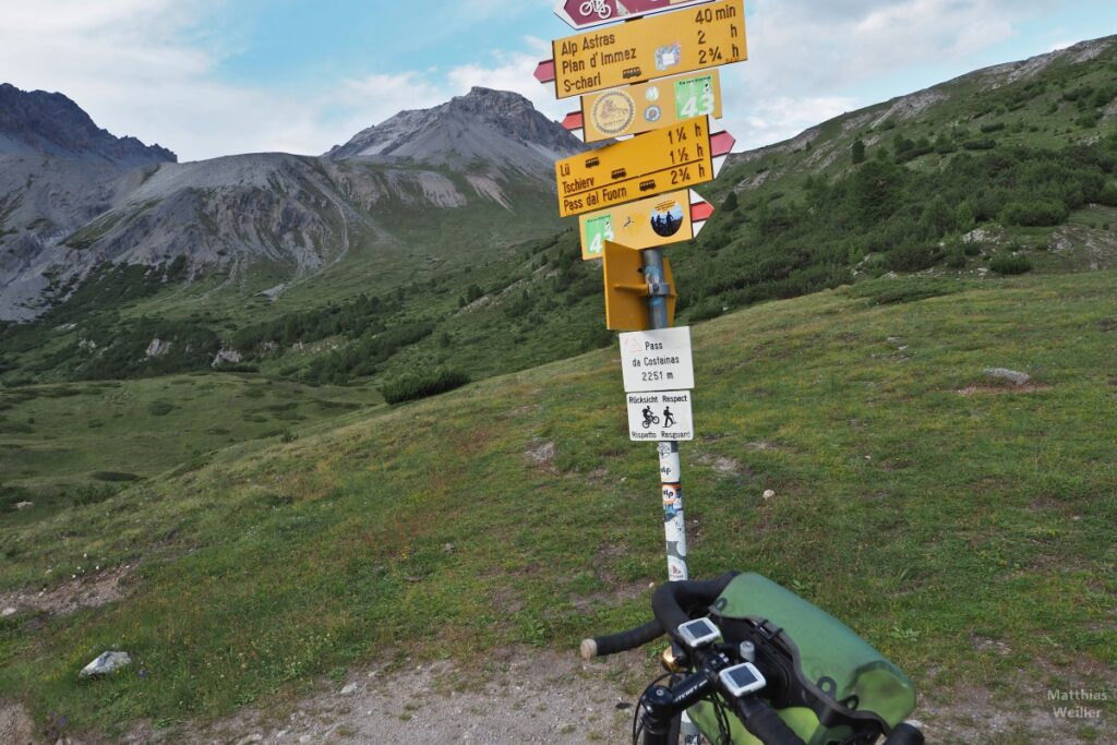Passschild Pass da Costainas, mit Berg, Lenkeransicht