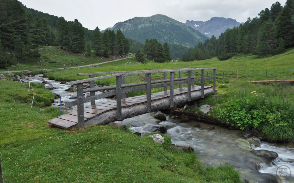 Holzsteg über Bergbach
