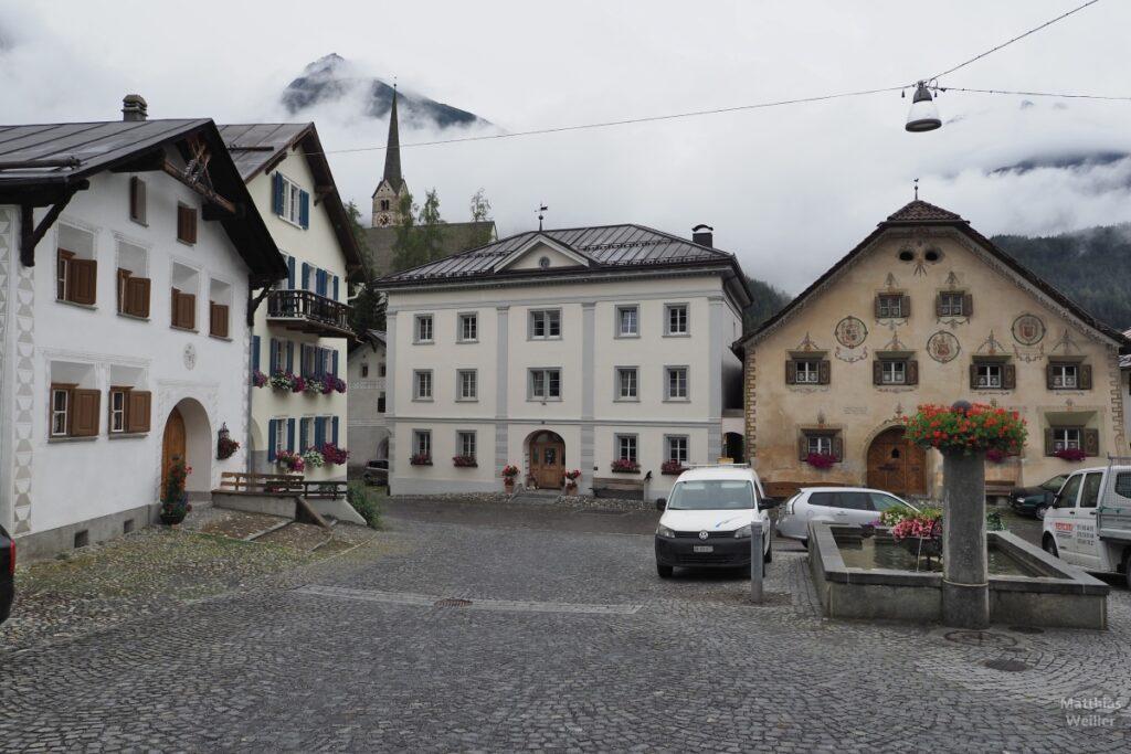 Unterdorfplatz Scuol mit Brunnen und Engadinerhäusern