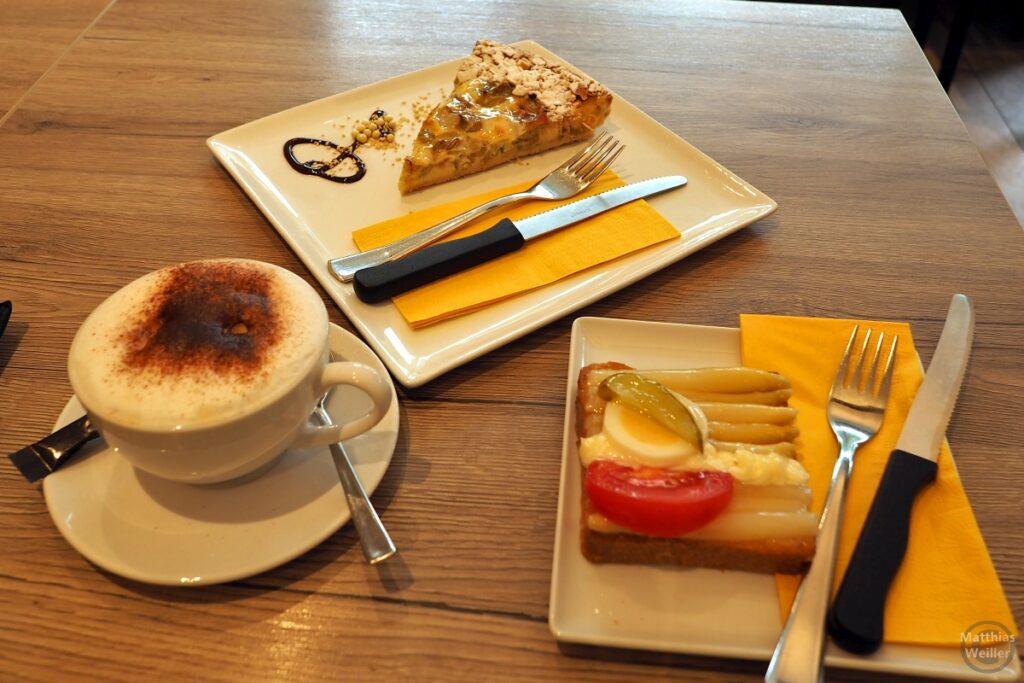 Zwischenfrühstück mit Spargelcanapé, Rhabarberkuchen, Capuccino