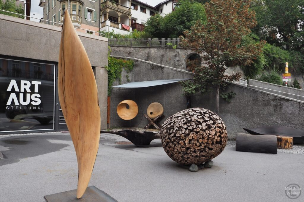 Moderne Holzkunst in Scuol