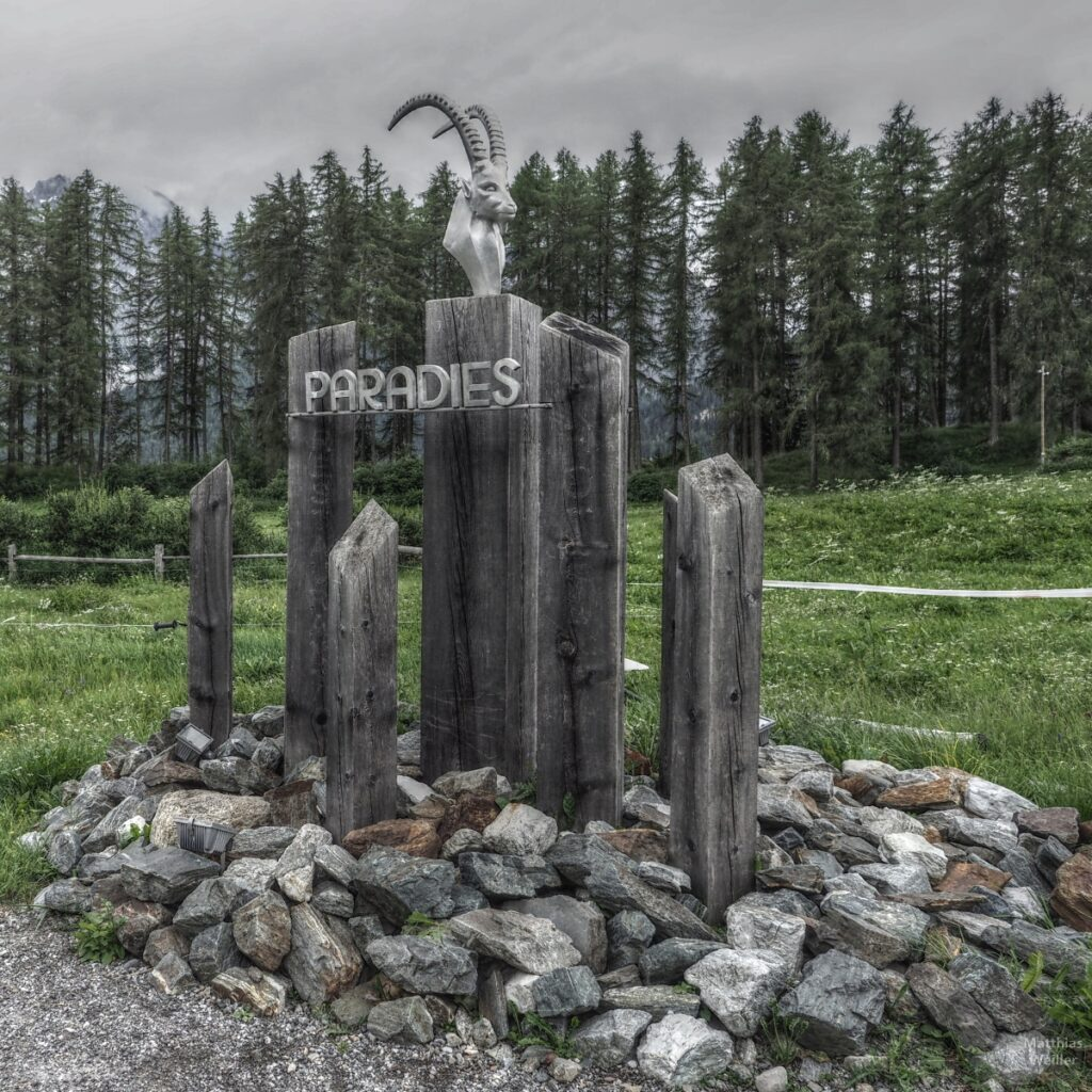 "Skulptur Steinbockkopf ""Paradies"" mit Holzstelen"
