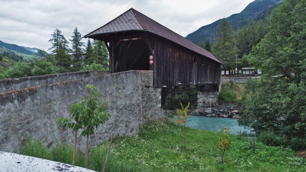 Überdachte Holzbrücke über Inn, Lavin