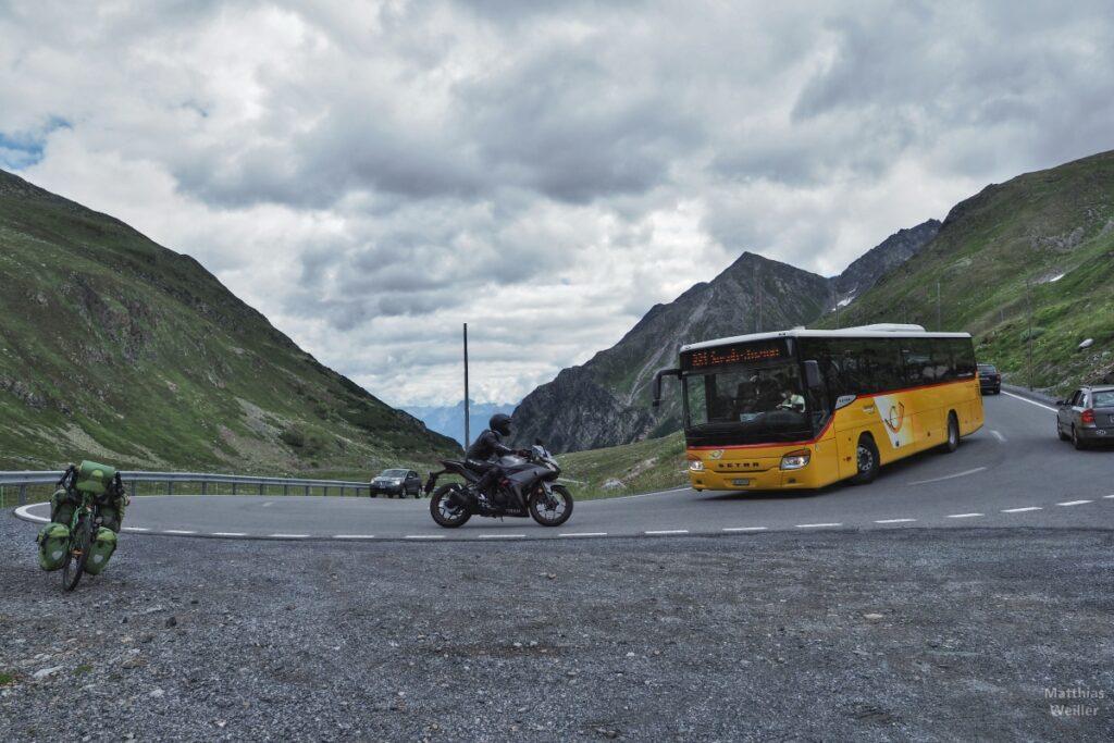 Spitzkehre mit Postbus, Motorrad und grünem Reisevelo