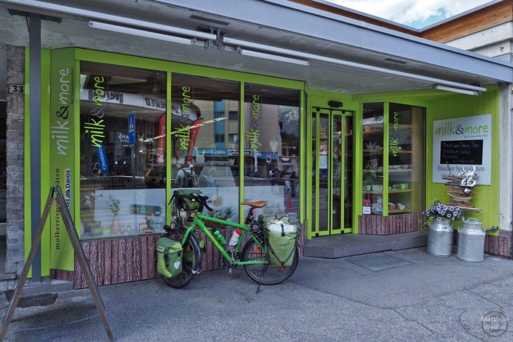"Shop ""Milk & more"", grün, mit grünem Reisevelo"