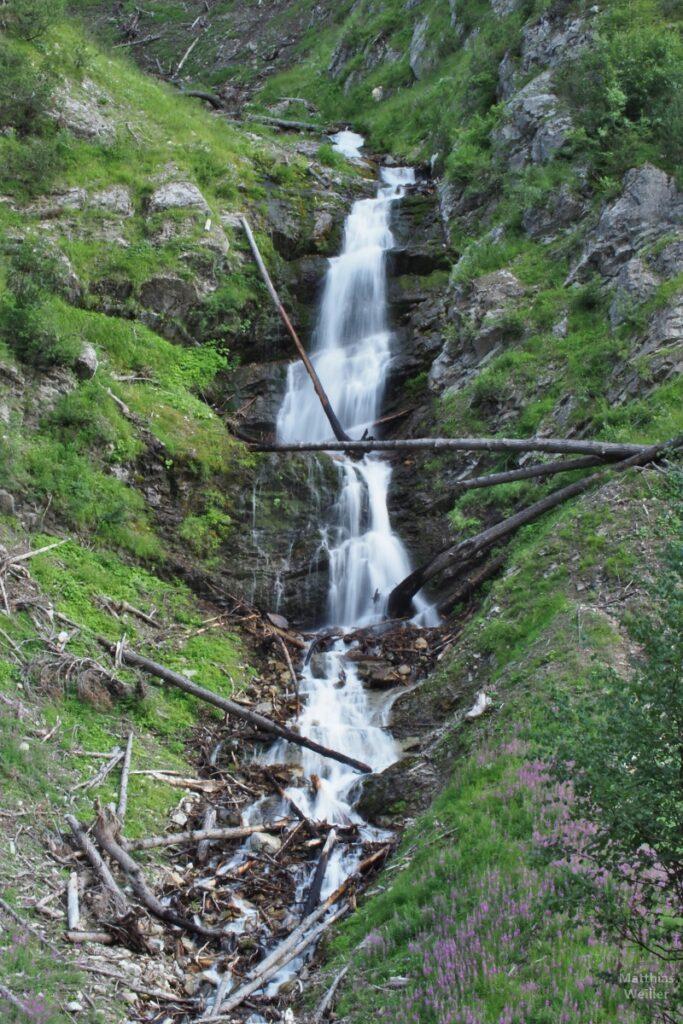 Wasserfallstufen mit Fließdynamik