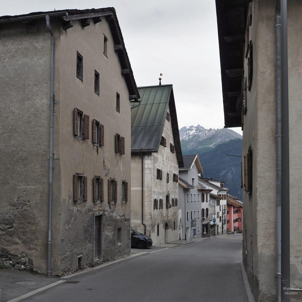 Dorfstraßenflucht in Lenz mit Bergblick