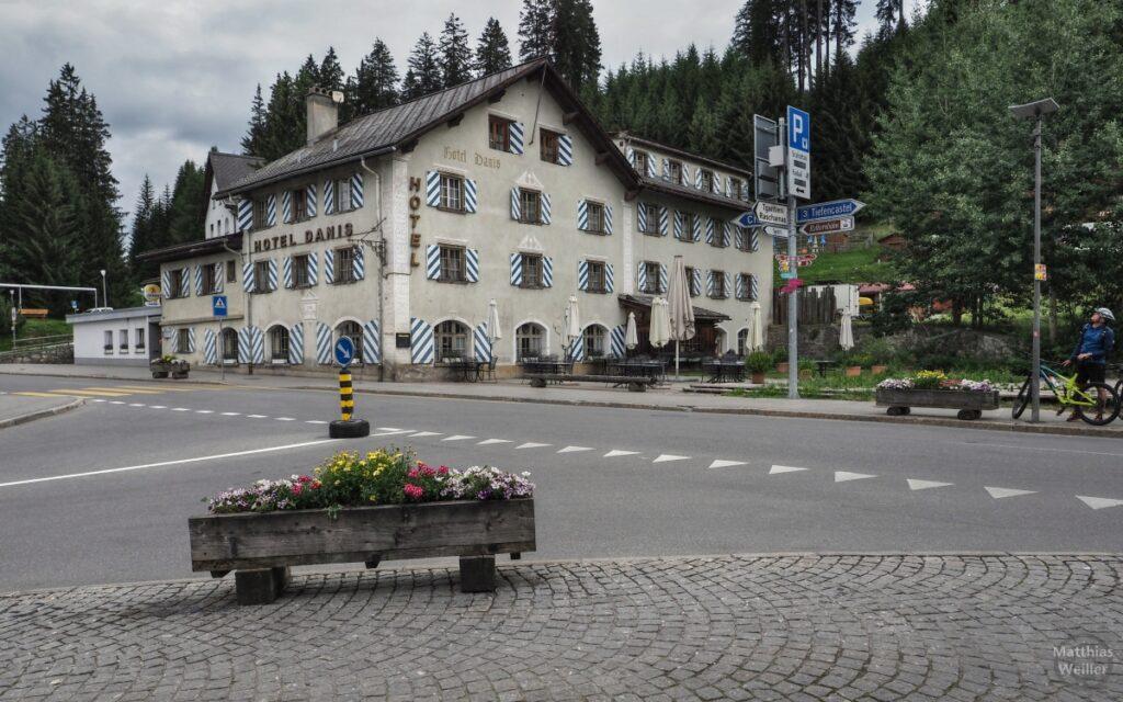 Haus mit weiß-blau gestreiften Läden