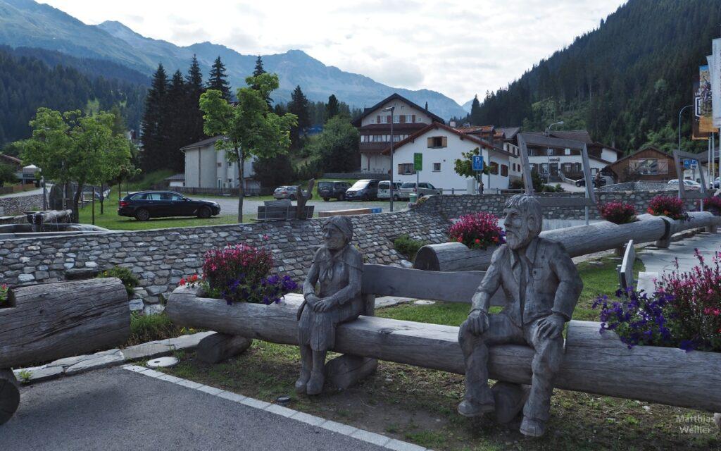 Bauernehepaar als Holzskulptur sitzend in Churwalden