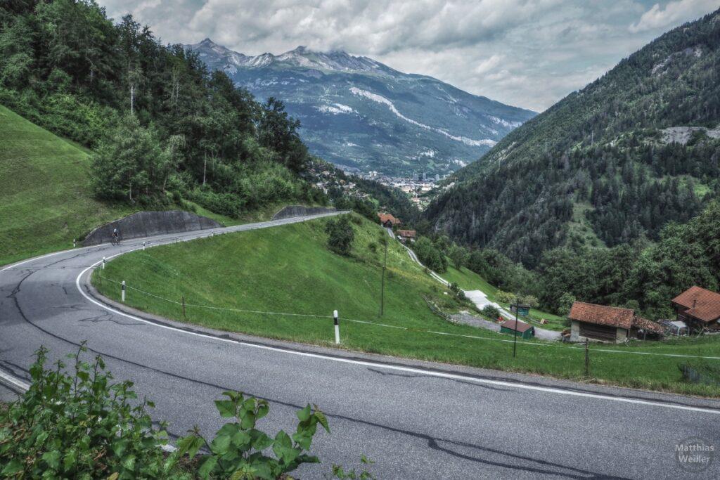 Fernblick über Straßenkurve auf Chur mit Bergen im Hintergrund