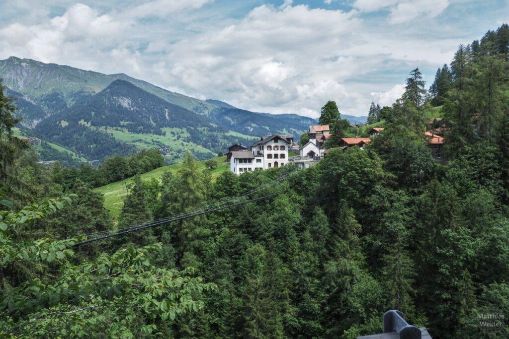 Bilck auf Praden mit grünen Bergen im Hintergrund