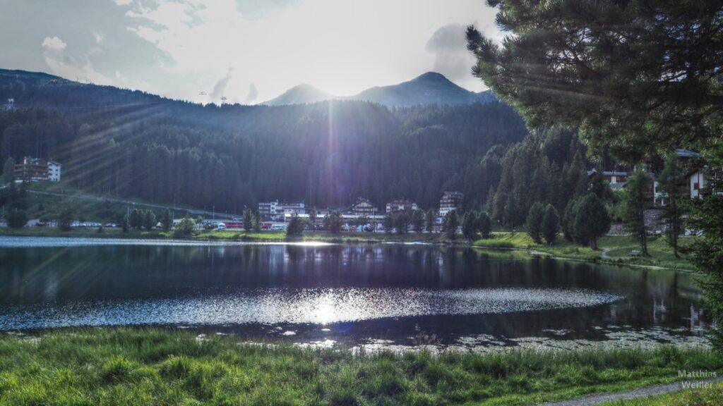 Obersee Arosa im Gegenlicht mit Bergen