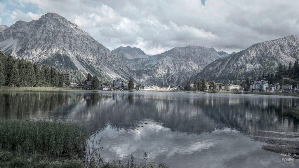 Stilisertes Bild über Obersee mit Bergkulisse in Arosa, silberfarben