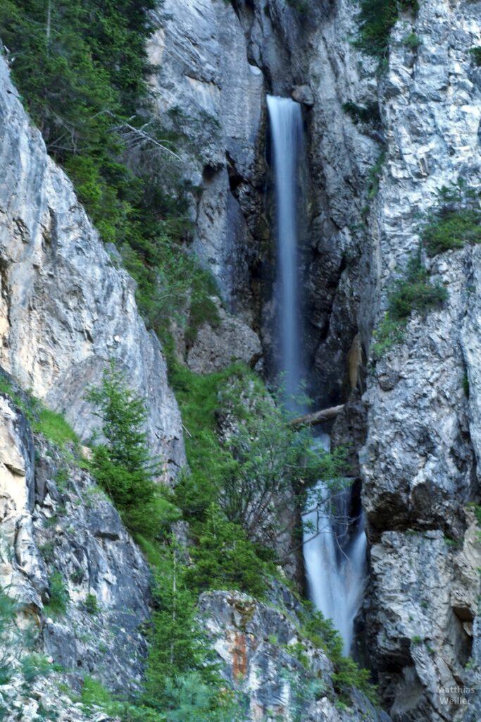 Hoher Wasserfallstrahl zwischen Fels
