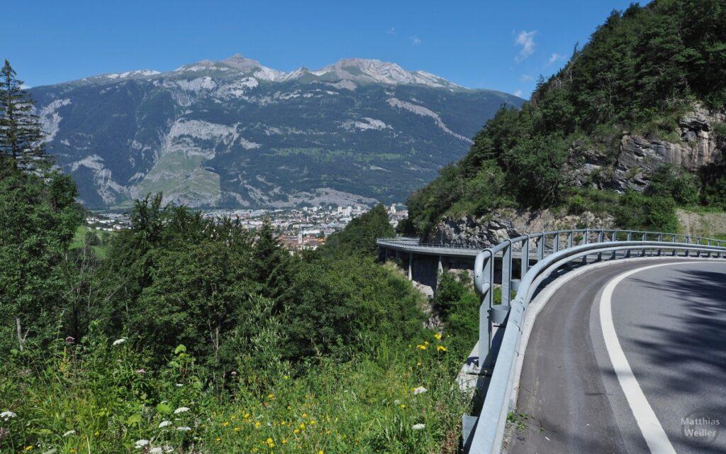 Straße an Fels über Chur-Einfahrt