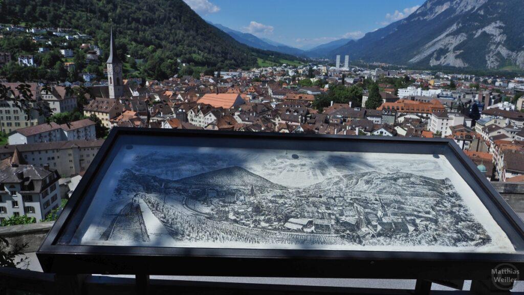 Blick auf altes und modernes Chur mit Alpenrheintal und historischer Tafel als Vergleich