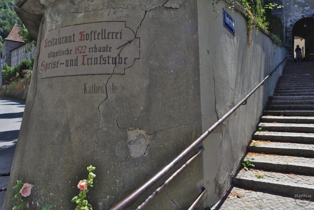 """Treppenaufgang neben Mauerfundament """"Restaurant Hofkellerei, altgotische 1522 erbaut, Speise- und Trinkstube"""""""