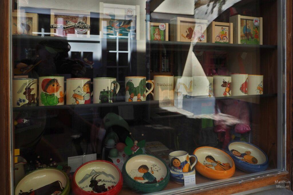 Schuafensterauslage bemalte Töpferwaren, Tassen, Schalen mit Kindmotiven