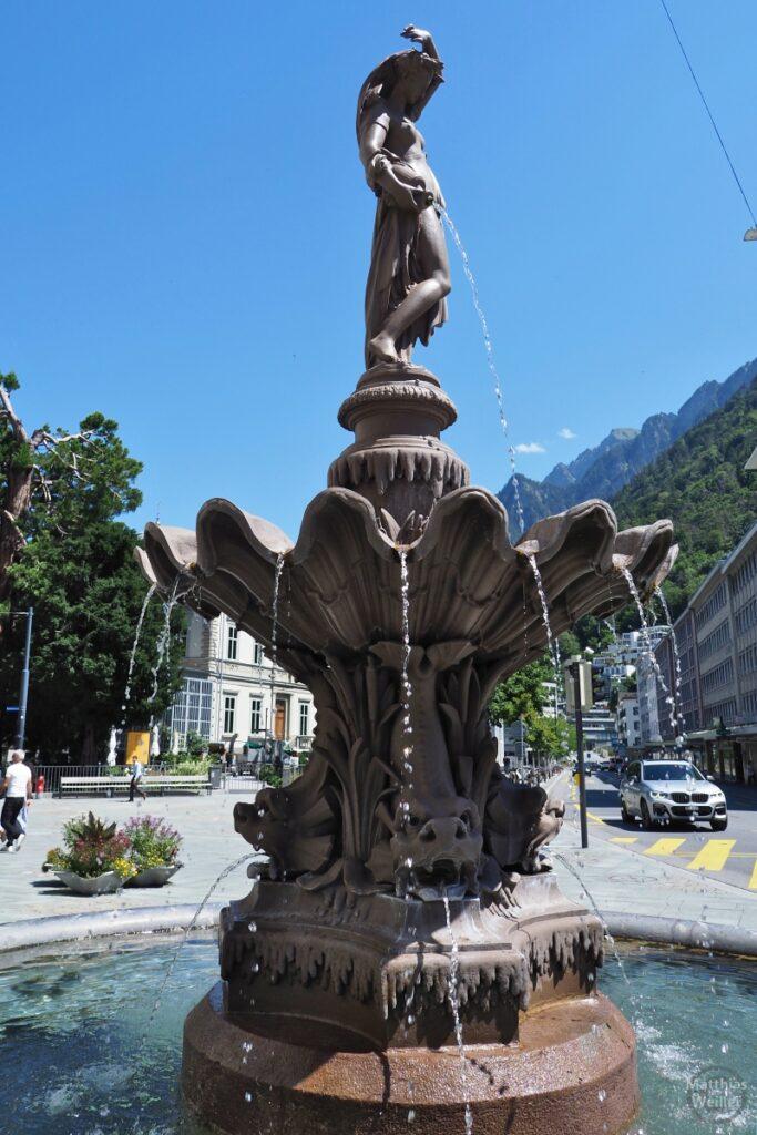 Brunnen mit Krugfrau und Fischtrichter