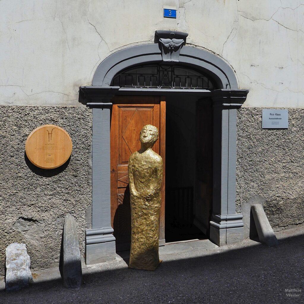 Goldene Figur an Haustür von Künstleratelier
