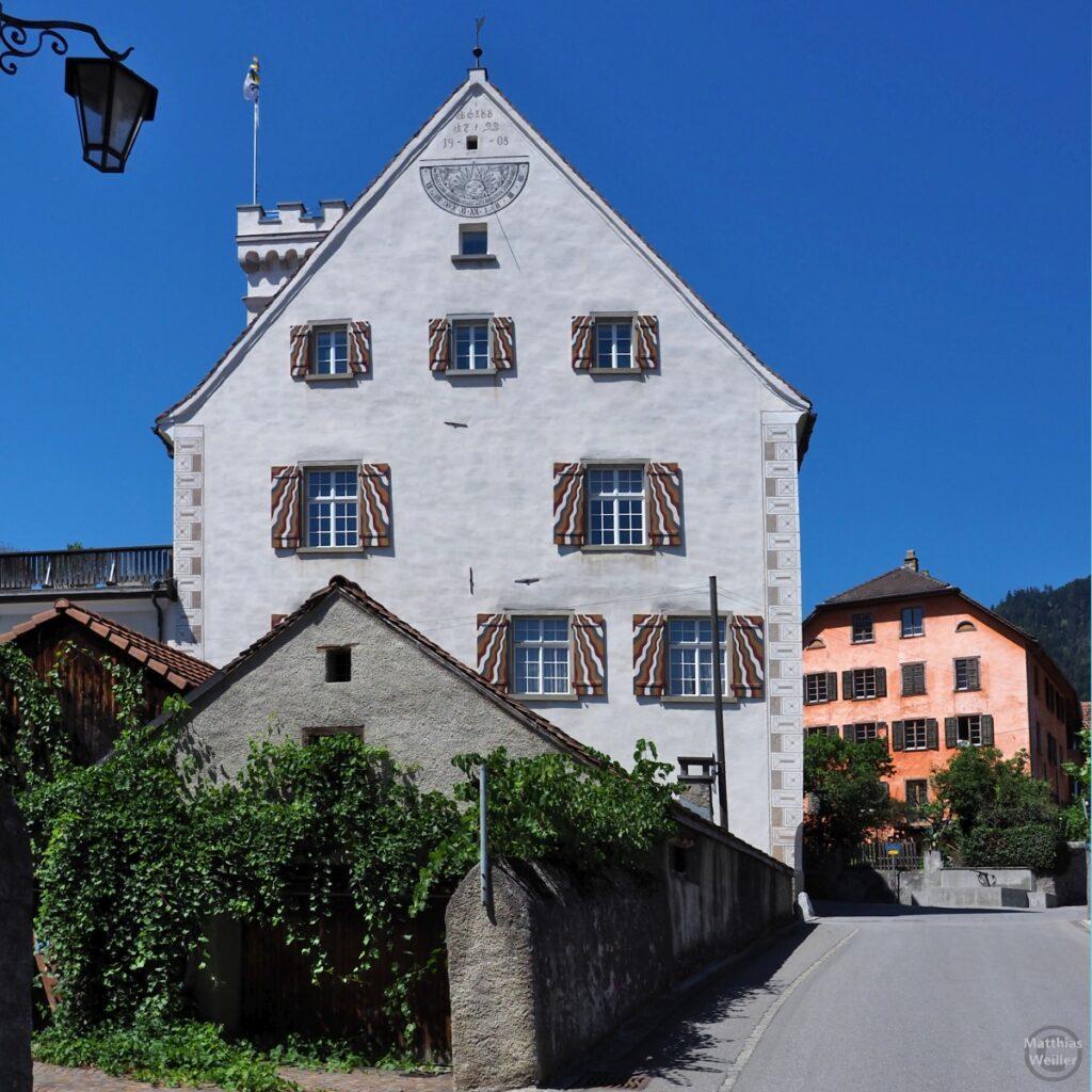 Haus zum grünen Turm mit Sonnenuhr und bunt gewellten Läden