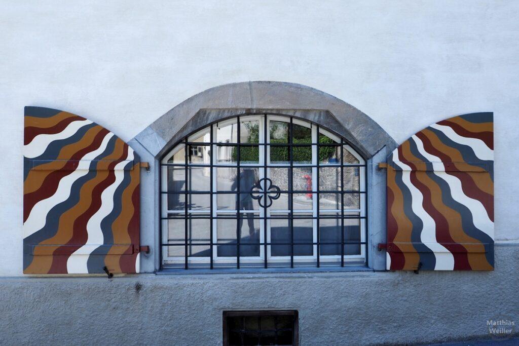 Gittefenster, gebogen, mit bunt gewellten Läden