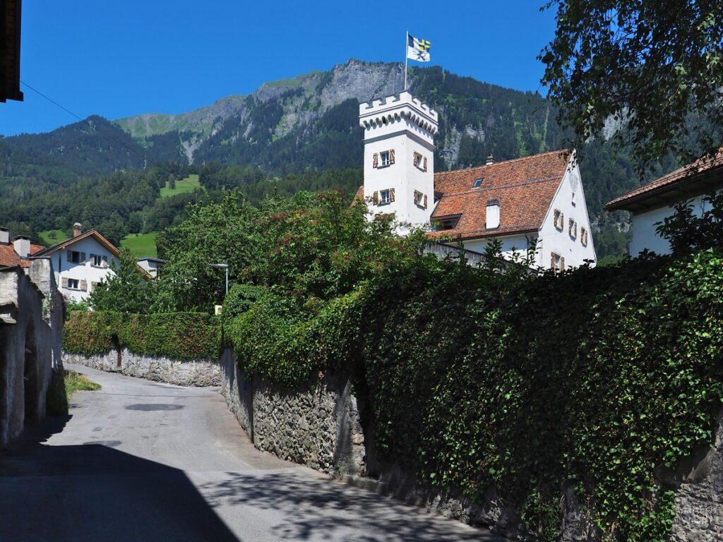 Haus zum grünen Turm, Malans, mit Straße und Berg