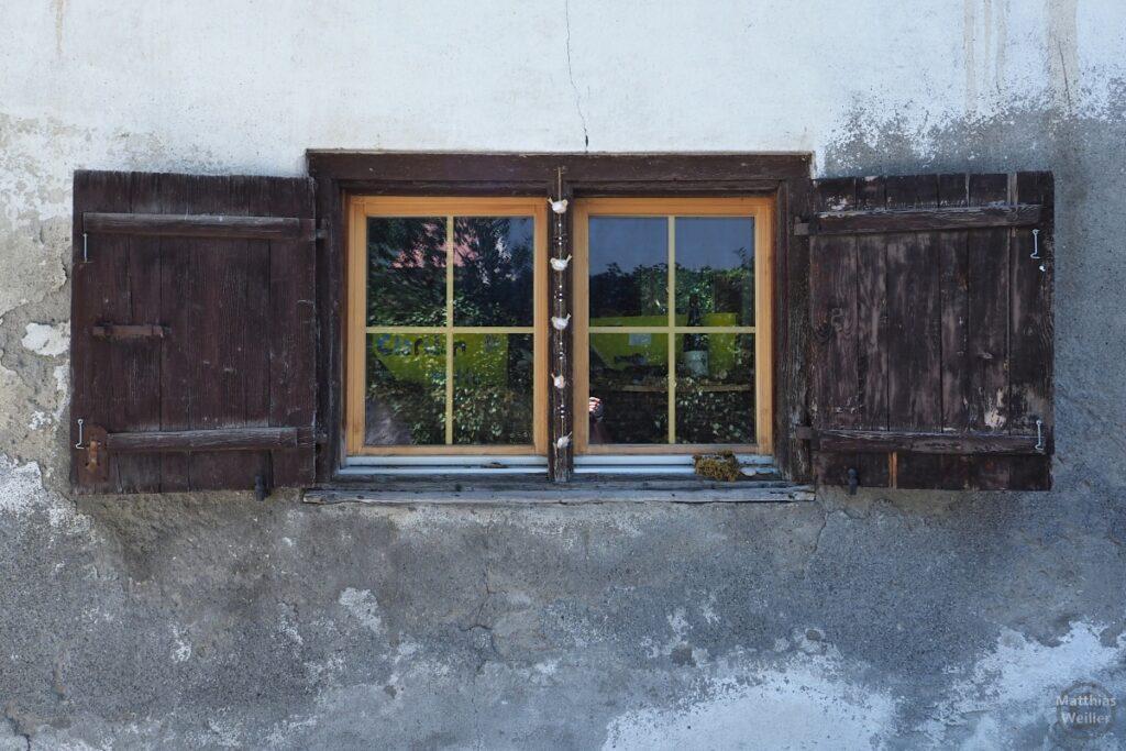 Fenster mit großen Laden (braun)
