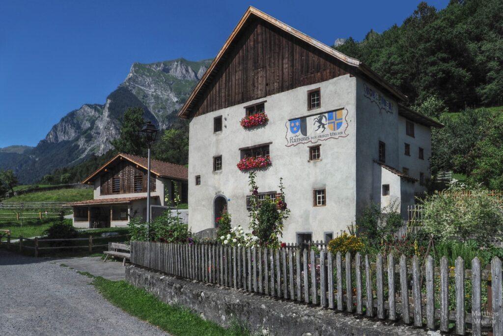 Rathaus/Berghaus vor Bergkulisse