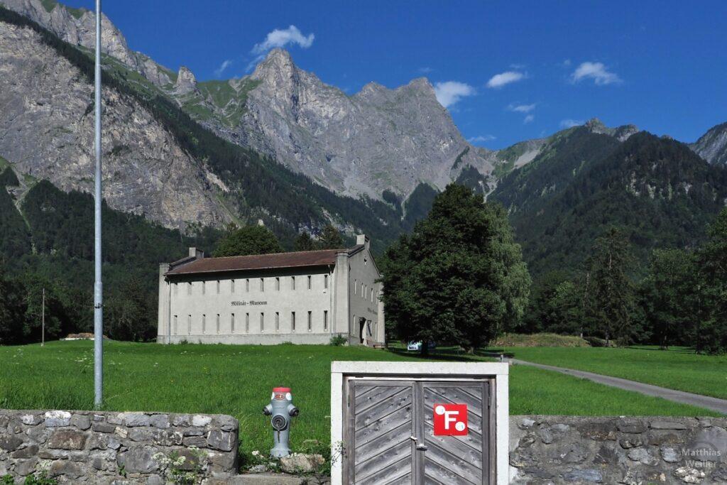 Blick auf Militärmuseum St. Luzisteig mit Berg