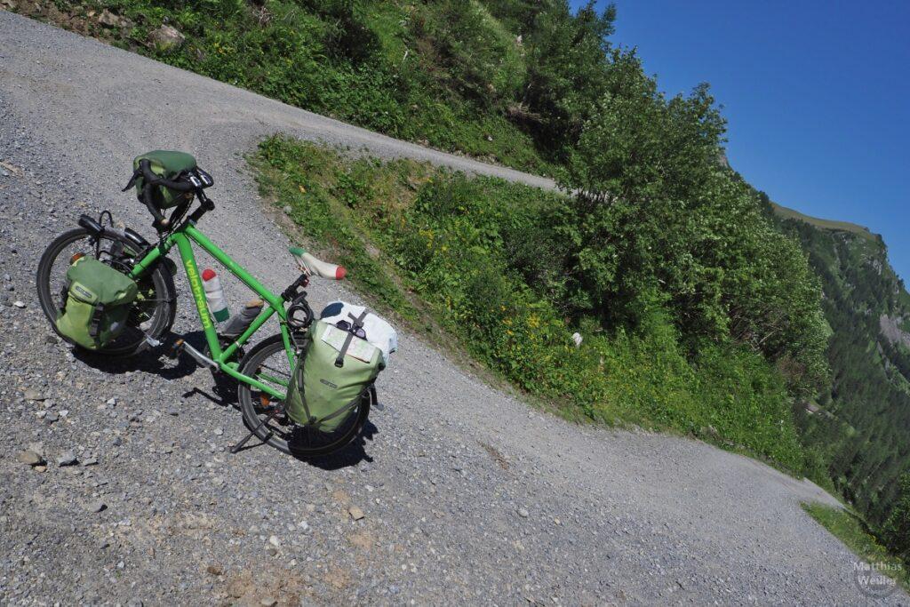 Spitzkehrer der Piste im Valünatal mit grünem Reisevelo