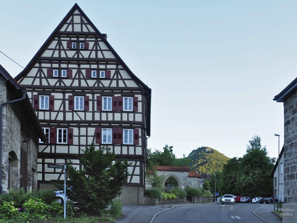 Fachwerkhaus mit Straße in Lichtenstein-Unterhausen