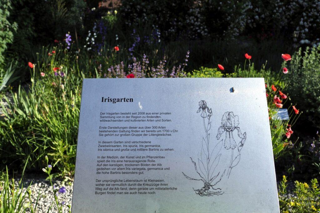 Tafel Irisgarten vor Blumenbeet
