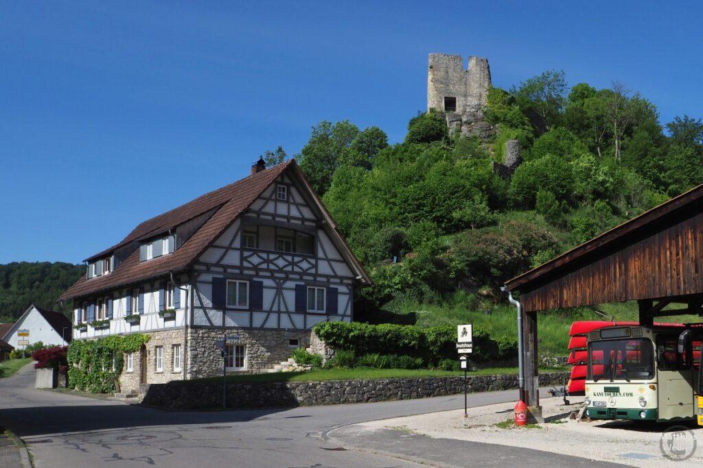 Burg Bichishausen mit Fachwerkhaus und Teil Bootshaus/Kanus/Bus