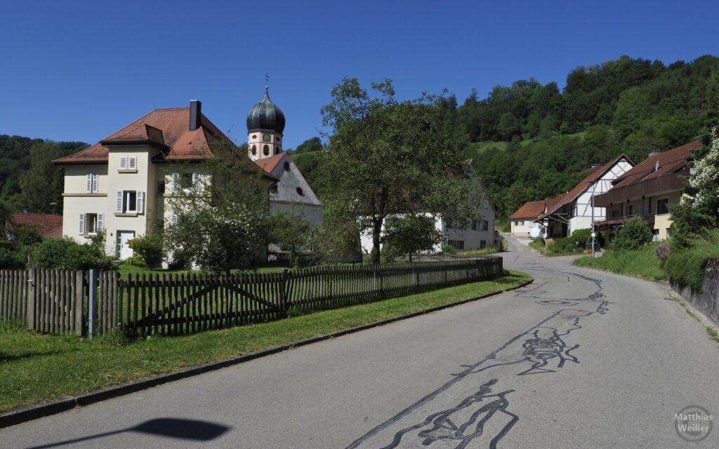 Bichishausen mit Straße und Zwieblturmkirche