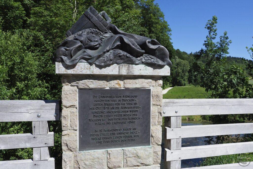 Skulptur über Infostein zur Albwasserversorgung