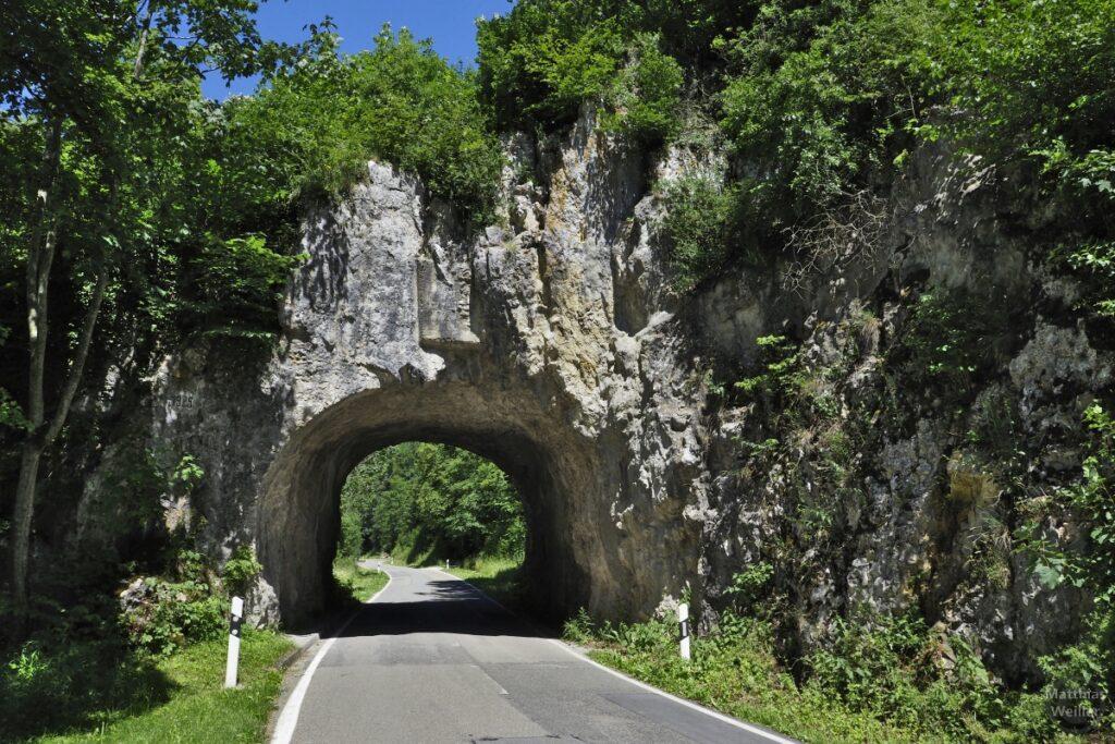 Straße durch Felstor