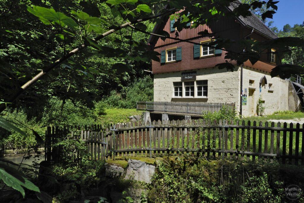 Verwunschenes Mühlenhaus mit Gatterzaun