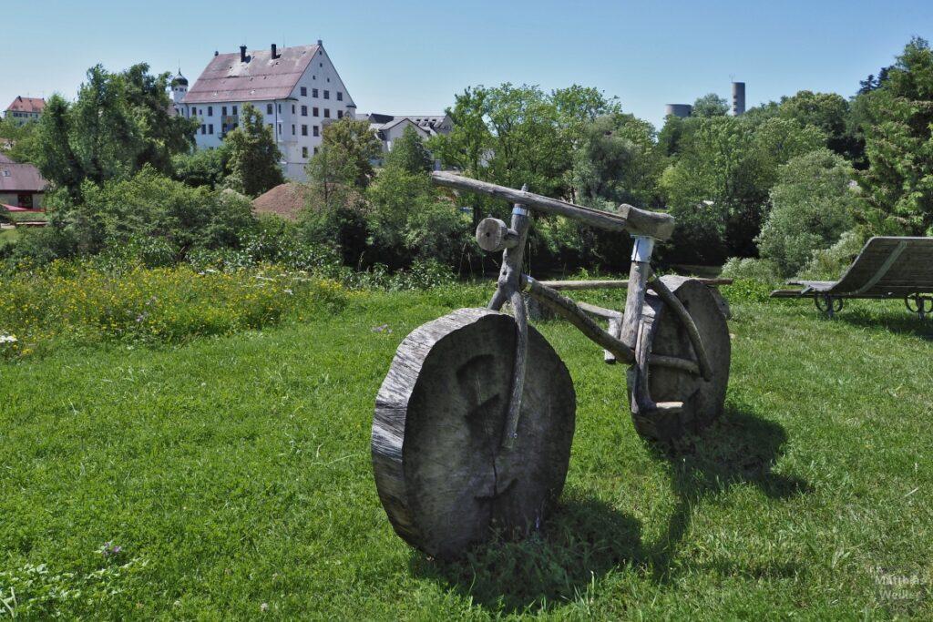Fahrradskulptur aus Vollholz vor Donau und Kloster Obermarchtal