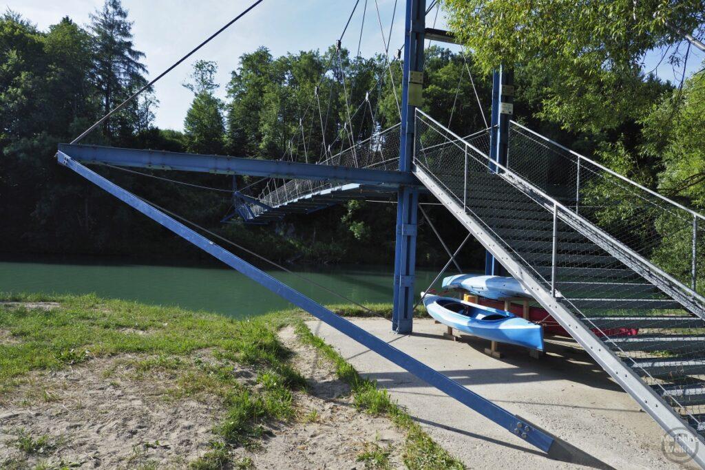 Hängebrücke über Iller mit zwei Kanus