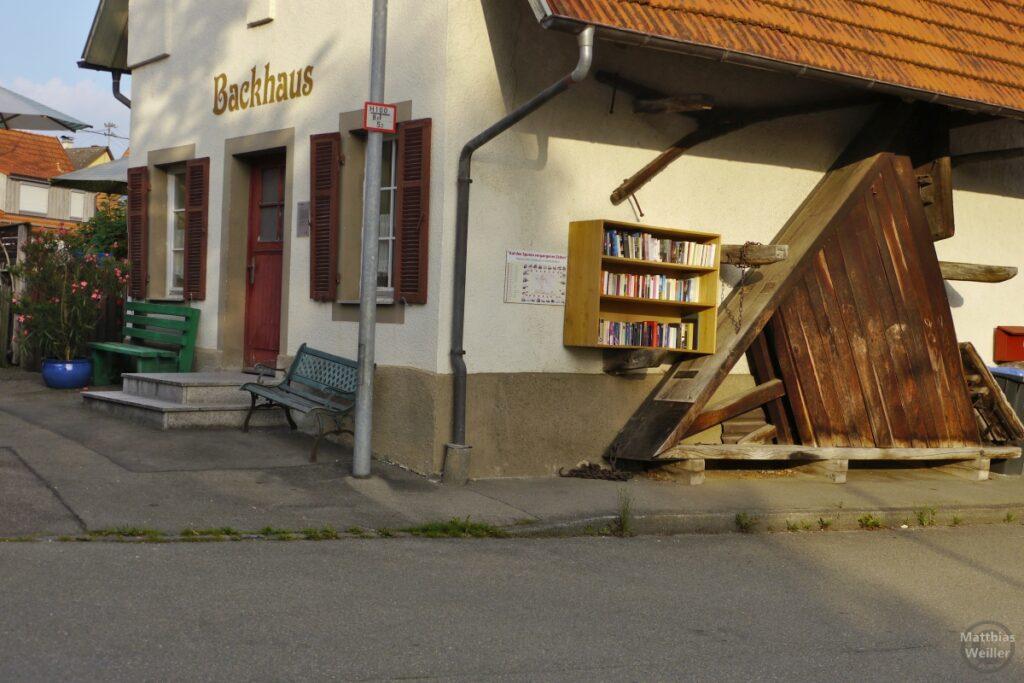 Backhaus Kohlstetten mit Bücherregal außen