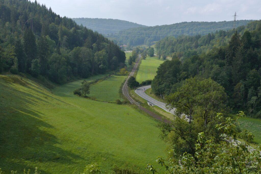 Blick ins Tal von Grafeneck mit Straße und Bahntrasse