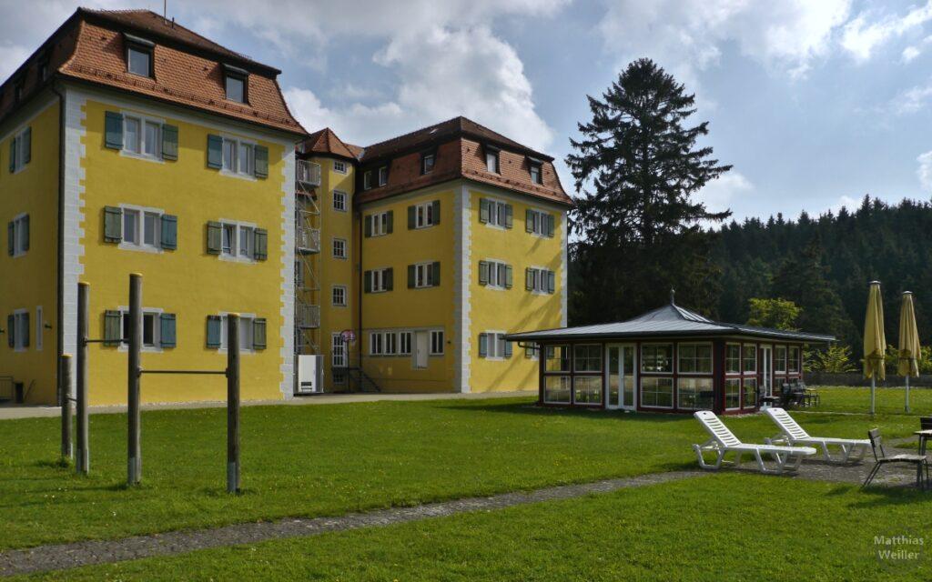 Schloss Grafeneck mit Pavillon und zwei Liegestühlen