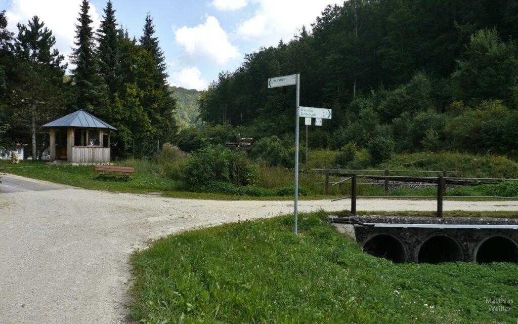 Kreuzung mit Hütte und Wegweisern im Schandental
