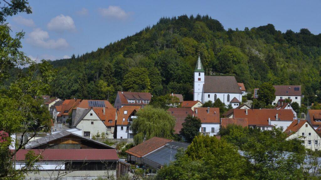 Buttenhausen mit Kirche vor Hausberg